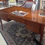 1- שולחן כתיבה מרפניני לתצוגה